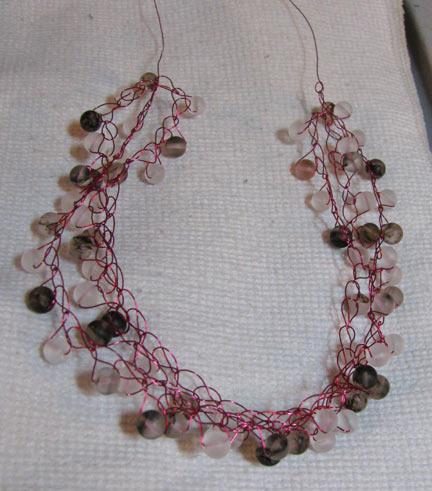 1. Провяжите крючком на красной проволоке для рукоделия прозрачные, черные с эффектом мрамора и красные с...