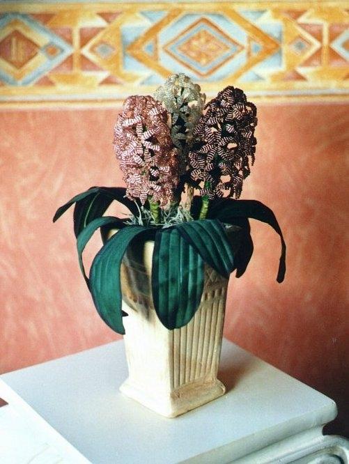 Материалы: - бисер синего или другого цвета для гиацинта; - проволока серебристого и зеленого цветов; - стержень...