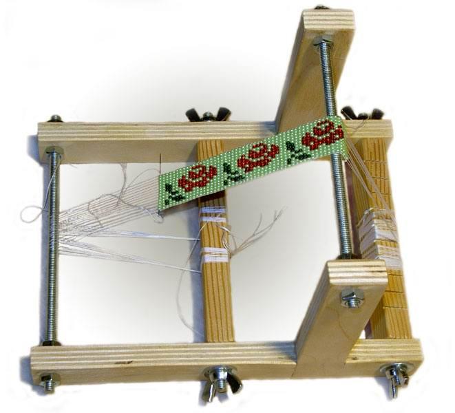 Не все знают как плести фенечки из бисера, но многие знают, что это можно делать с помощью ниток или лески.